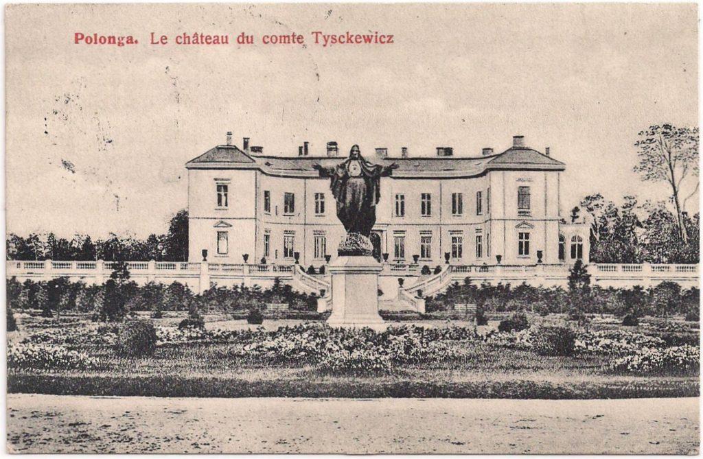 Het paleis van graaf Tyszkiewicz in Palanga met het beeld van Jezus op de voorgrond.