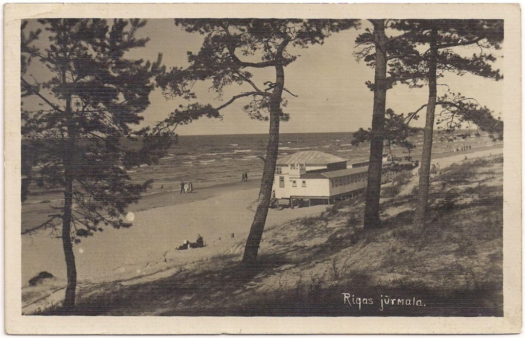 On the picture side of this card: a nice view on the beach.